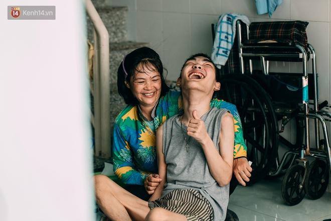 Nụ cười chua chát của mẹ: 2 đứa con trai lớn tồng ngồng vẫn như trẻ lên ba, người cha chê cảnh nghèo bỏ đi không một lời từ biệt - ảnh 22
