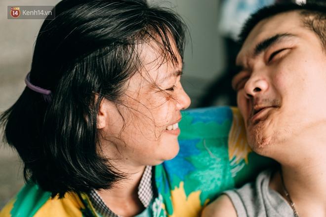Nụ cười chua chát của mẹ: 2 đứa con trai lớn tồng ngồng vẫn như trẻ lên ba, người cha chê cảnh nghèo bỏ đi không một lời từ biệt - ảnh 20