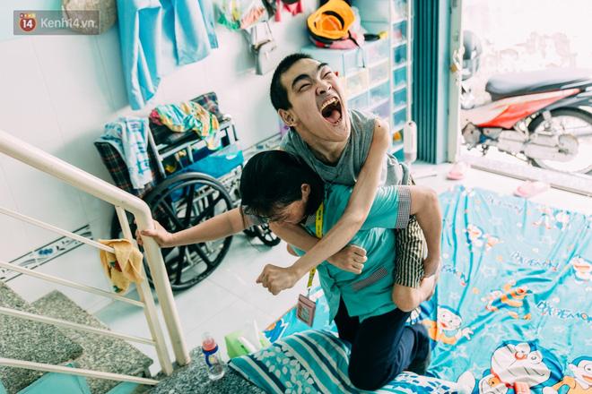 Nụ cười chua chát của mẹ: 2 đứa con trai lớn tồng ngồng vẫn như trẻ lên ba, người cha chê cảnh nghèo bỏ đi không một lời từ biệt - ảnh 6