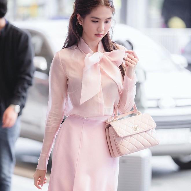 """Những chiếc áo """"bánh bèo"""" đang chiếm sóng Instagram sao Việt dạo này, nhìn rườm rà vậy thôi chứ dễ mix đồ lắm - Ảnh 2."""