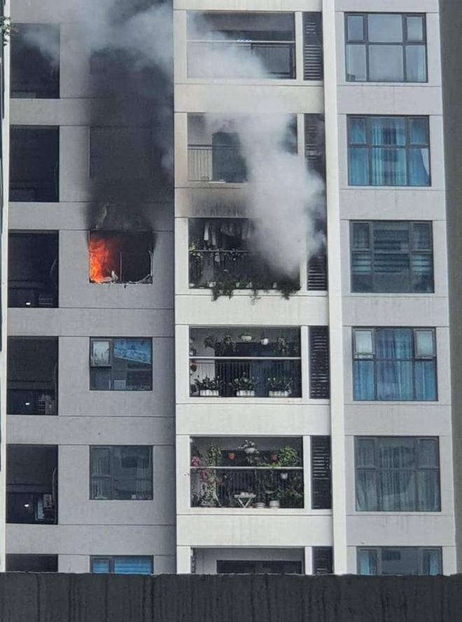 Hà Nội: Cháy lớn căn hộ chung cư tại Hồ Tùng Mậu, hàng trăm người dân tháo chạy - Ảnh 2.