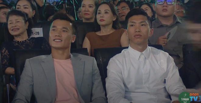 Dũng gôn, Văn Hậu liên tục giật sóng livestream Hoa hậu, chuyển qua ngắm trai đẹp xíu đi bà con! - ảnh 1