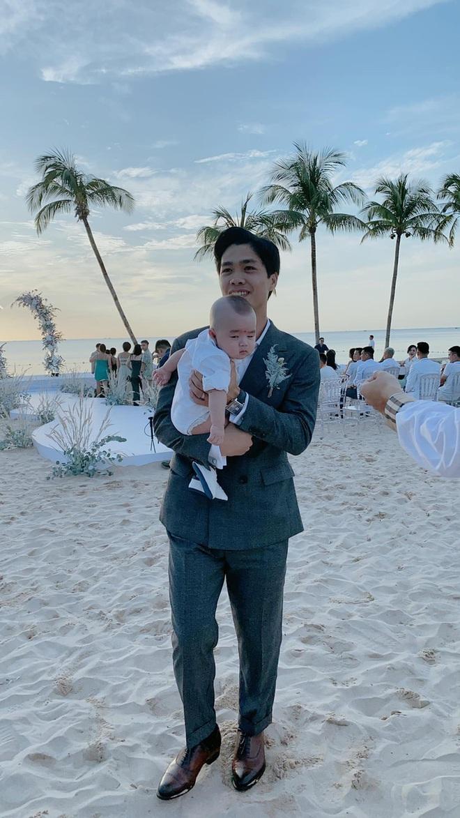 Xuất hiện hot baby tại đám cưới Công Phượng: Biểu cảm cưng xỉu khi chú rể bế, được hội tuyển thủ thi nhau bồng - ảnh 1