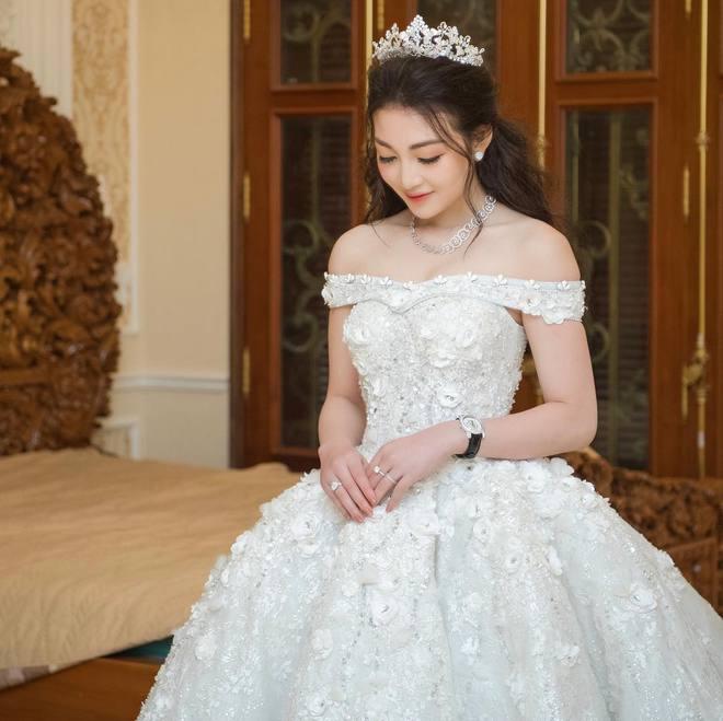 """Hội gái xinh """"bỏ cuộc chơi"""" từ năm 18, 19 tuổi: Người mặc váy cưới 28 tỷ, người được trao 200 cây vàng làm của hồi môn - Ảnh 19."""