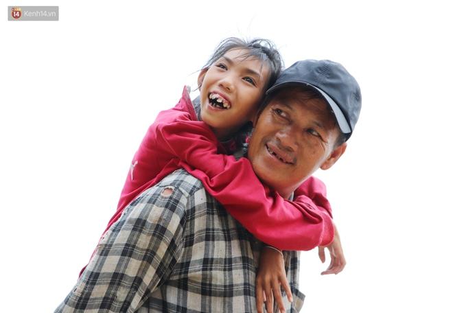Bé gái bị teo não theo cha đi lượm ve chai ở bờ sông Sài Gòn: Ngồi chờ ba xíu, lát ba quay lại cõng con lên ghe nghen - ảnh 9