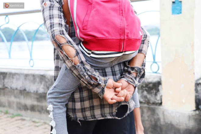 Bé gái bị teo não theo cha đi lượm ve chai ở bờ sông Sài Gòn: Ngồi chờ ba xíu, lát ba quay lại cõng con lên ghe nghen - ảnh 7