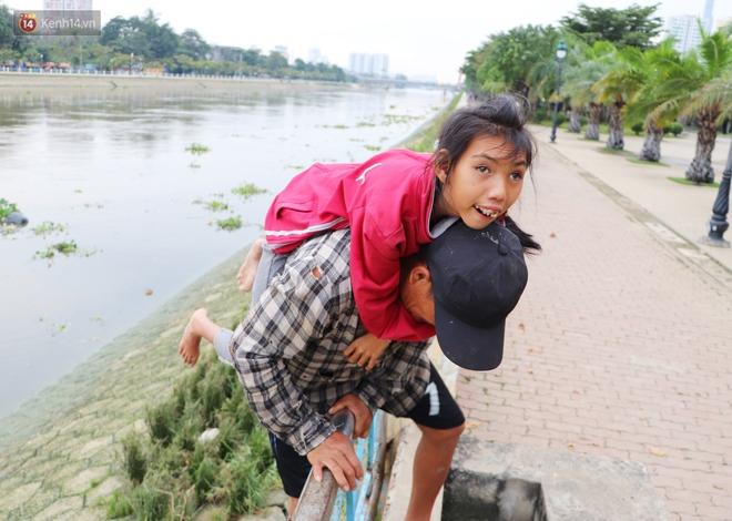 Bé gái bị teo não theo cha đi lượm ve chai ở bờ sông Sài Gòn: Ngồi chờ ba xíu, lát ba quay lại cõng con lên ghe nghen - ảnh 5