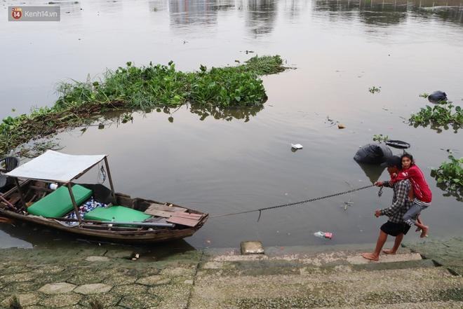 Bé gái bị teo não theo cha đi lượm ve chai ở bờ sông Sài Gòn: Ngồi chờ ba xíu, lát ba quay lại cõng con lên ghe nghen - ảnh 8
