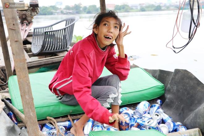 Bé gái bị teo não theo cha đi lượm ve chai ở bờ sông Sài Gòn: Ngồi chờ ba xíu, lát ba quay lại cõng con lên ghe nghen - ảnh 12