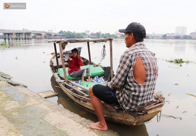 Bé gái bị teo não theo cha đi lượm ve chai ở bờ sông Sài Gòn: Ngồi chờ ba xíu, lát ba quay lại cõng con lên ghe nghen - ảnh 13