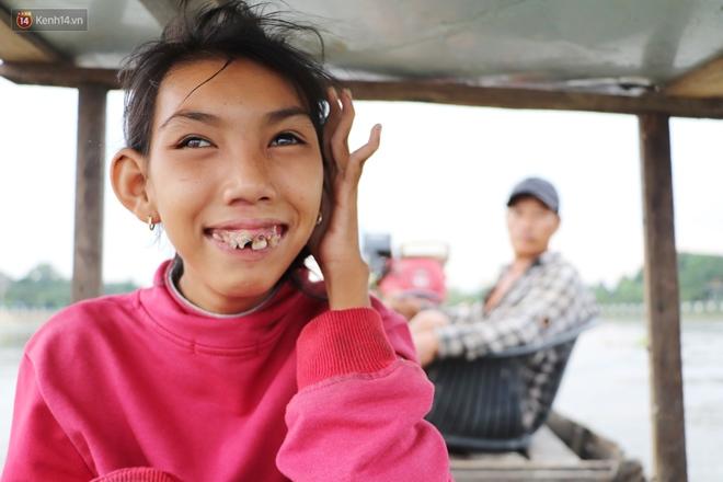 Bé gái bị teo não theo cha đi lượm ve chai ở bờ sông Sài Gòn: Ngồi chờ ba xíu, lát ba quay lại cõng con lên ghe nghen - ảnh 14
