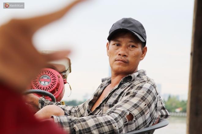 Bé gái bị teo não theo cha đi lượm ve chai ở bờ sông Sài Gòn: Ngồi chờ ba xíu, lát ba quay lại cõng con lên ghe nghen - ảnh 16