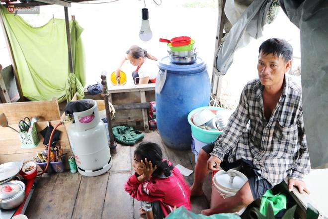 Bé gái bị teo não theo cha đi lượm ve chai ở bờ sông Sài Gòn: Ngồi chờ ba xíu, lát ba quay lại cõng con lên ghe nghen - ảnh 18