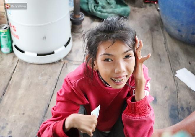Bé gái bị teo não theo cha đi lượm ve chai ở bờ sông Sài Gòn: Ngồi chờ ba xíu, lát ba quay lại cõng con lên ghe nghen - ảnh 19