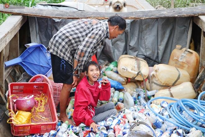 Bé gái bị teo não theo cha đi lượm ve chai ở bờ sông Sài Gòn: Ngồi chờ ba xíu, lát ba quay lại cõng con lên ghe nghen - Ảnh 21.