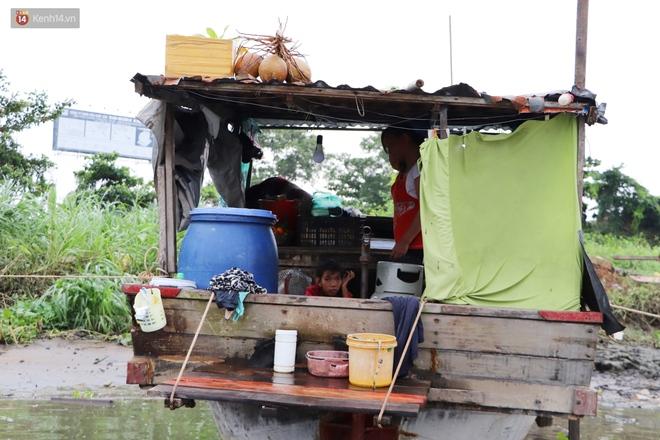 Bé gái bị teo não theo cha đi lượm ve chai ở bờ sông Sài Gòn: Ngồi chờ ba xíu, lát ba quay lại cõng con lên ghe nghen - ảnh 20