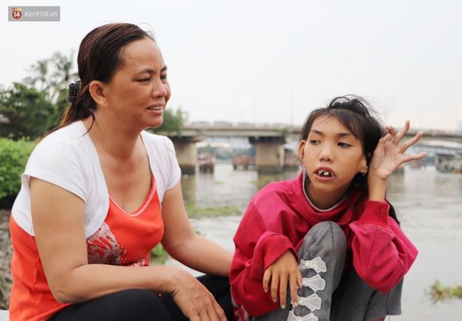 Bé gái bị teo não theo cha đi lượm ve chai ở bờ sông Sài Gòn: Ngồi chờ ba xíu, lát ba quay lại cõng con lên ghe nghen - ảnh 15
