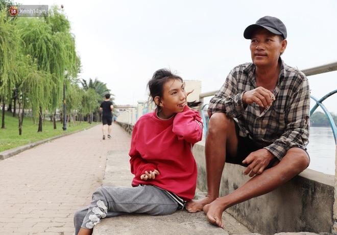 Bé gái bị teo não theo cha đi lượm ve chai ở bờ sông Sài Gòn: Ngồi chờ ba xíu, lát ba quay lại cõng con lên ghe nghen - ảnh 10