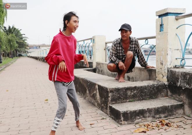 Bé gái bị teo não theo cha đi lượm ve chai ở bờ sông Sài Gòn: Ngồi chờ ba xíu, lát ba quay lại cõng con lên ghe nghen - ảnh 2