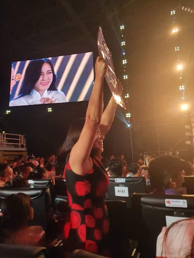 Phản ứng dễ thương của người nhà tân Hoa hậu Việt Nam 2020: Vui sướng quá có nói được gì đâu! - ảnh 1