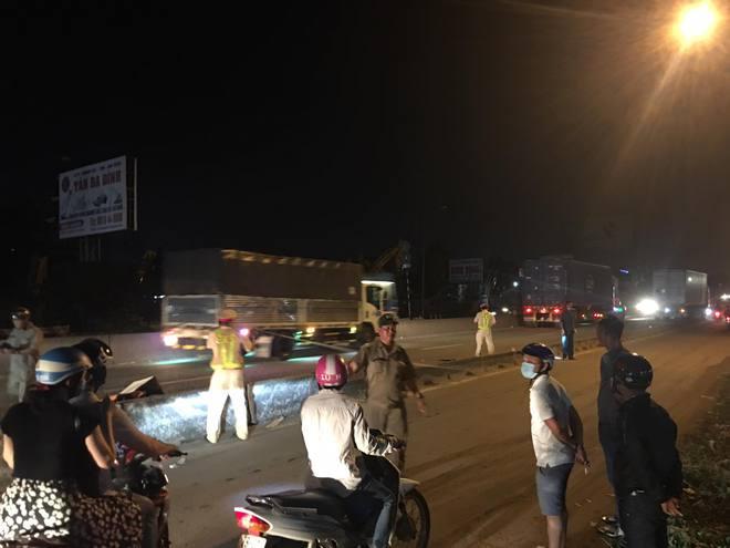 TP.HCM: Vợ vừa bế con nhỏ vừa ôm thi thể chồng sau va chạm với xe container khiến người đi đường xót xa - ảnh 3
