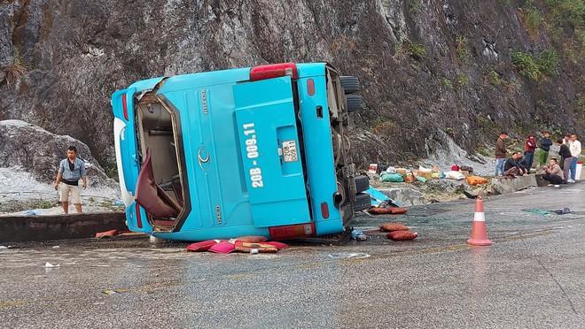 Nguyên nhân vụ xe khách đâm vào dải phân cách lúc rạng sáng khiến 2 người chết, 10 người nhập viện cấp cứu - ảnh 1