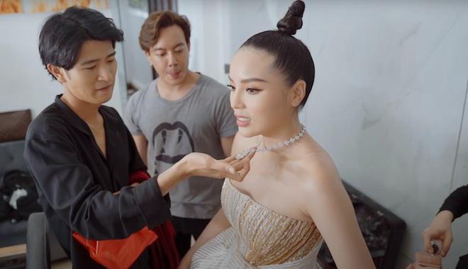 Kỳ Duyên hé lộ hậu trường thảm đỏ Chung kết Hoa Hậu Việt Nam 2020, spotlight đổ dồn vào bộ trang sức trị giá 2 tỷ đồng - ảnh 1