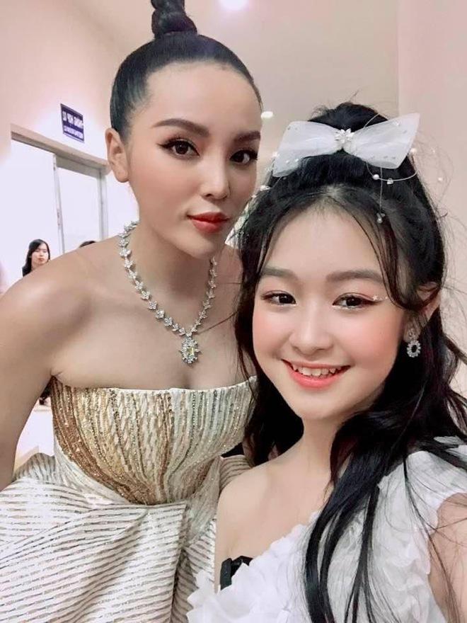 Tiểu mỹ nhân gây chú ý khi đọ sắc với loạt Hoa hậu, profile hoá ra cũng rất xịn sò - ảnh 2