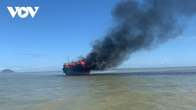 Cháy tàu trên biển Cù Lao Chàm, 18 hành khách và nhân viên thoát chết - ảnh 1