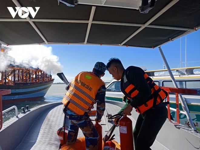 Cháy tàu trên biển Cù Lao Chàm, 18 hành khách và nhân viên thoát chết - ảnh 2