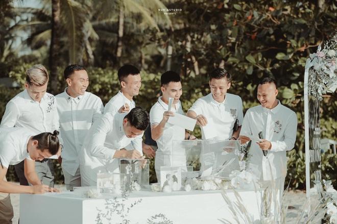 Khoảnh khắc đắt giá: Hội tuyển thủ bỏ phong bì mừng cưới Công Phượng - Viên Minh - ảnh 1