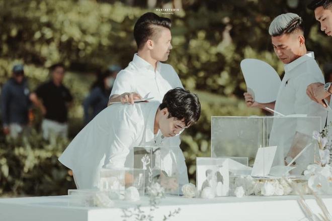 Khoảnh khắc đắt giá: Hội tuyển thủ bỏ phong bì mừng cưới Công Phượng - Viên Minh - ảnh 2