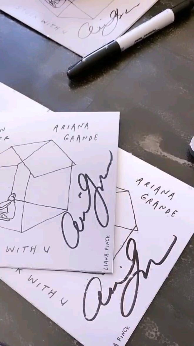 Fan phẫn nộ khi đợi chờ hơn 6 tháng CD Stuck With U mới đến tay, nhưng chữ ký của Ariana Grande và Justin Bieber đều là giả? - Ảnh 4.