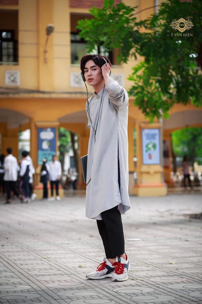 Dàn nam sinh cực phẩm mặc áo dài phối sneaker đi học - ảnh 5