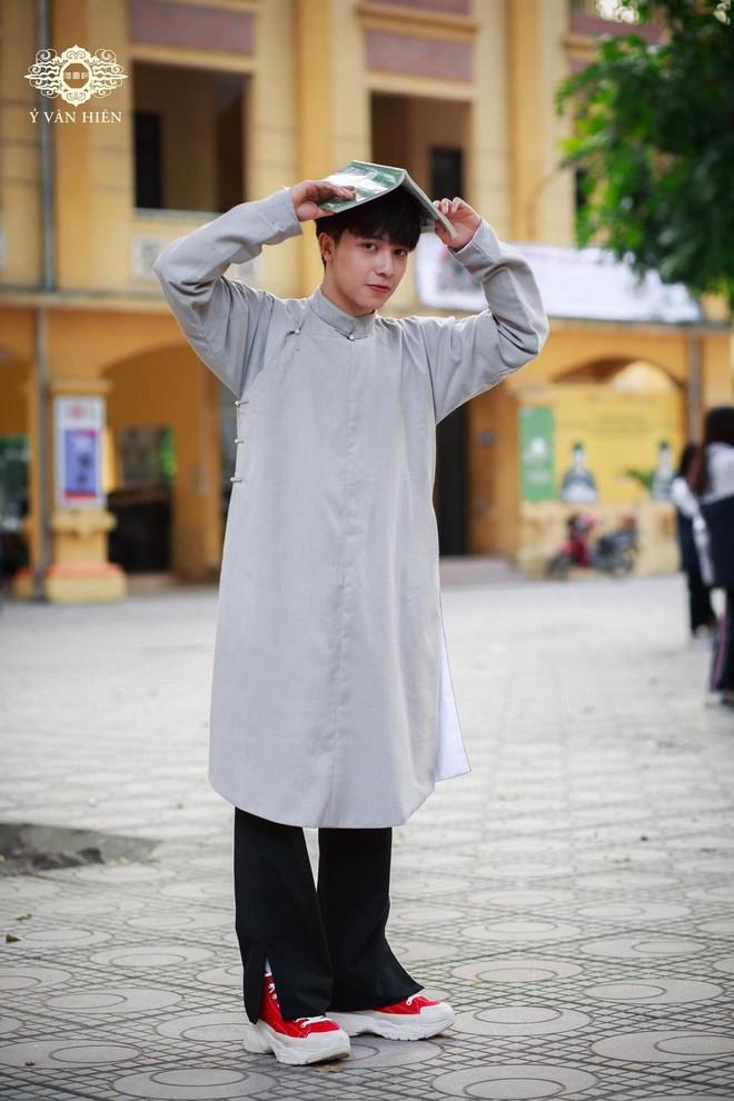 Dàn nam sinh cực phẩm mặc áo dài phối sneaker đi học - ảnh 6