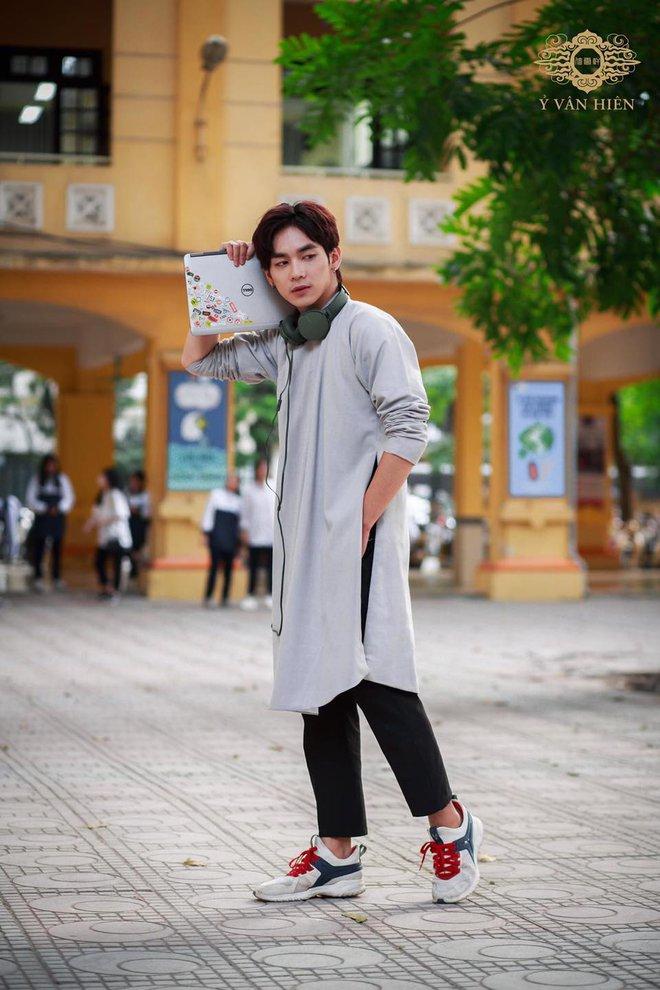 Dàn nam sinh cực phẩm mặc áo dài phối sneaker đi học - ảnh 7