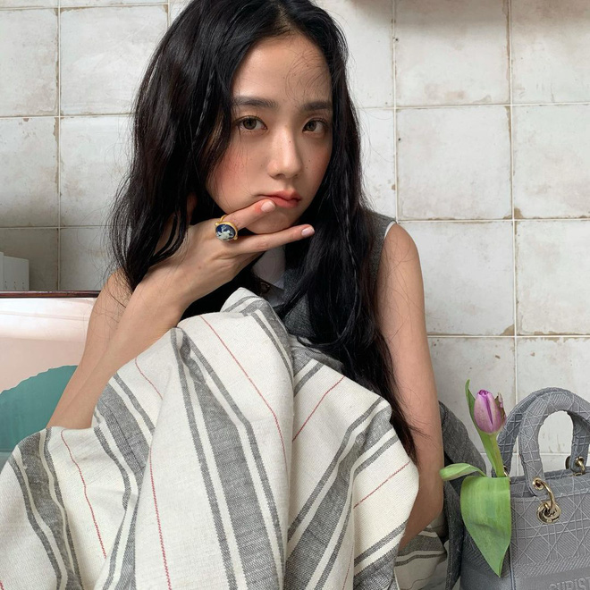 """""""Hoa hậu Hàn Quốc"""" Jisoo (BLACKPINK) gây sốt với bộ ảnh tạp chí mới, choáng hơn khi kéo đến ảnh hậu trường - Ảnh 12."""