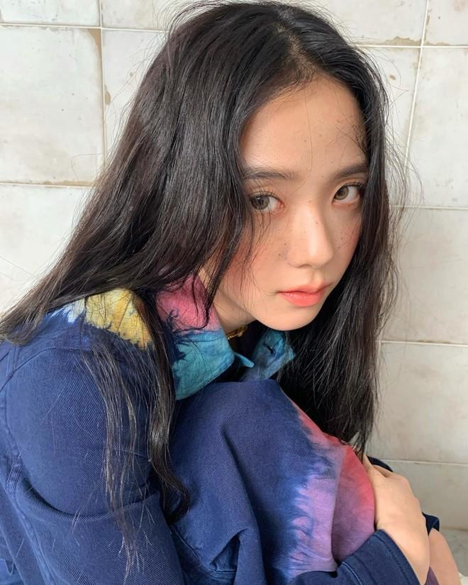 """""""Hoa hậu Hàn Quốc"""" Jisoo (BLACKPINK) gây sốt với bộ ảnh tạp chí mới, choáng hơn khi kéo đến ảnh hậu trường - Ảnh 8."""