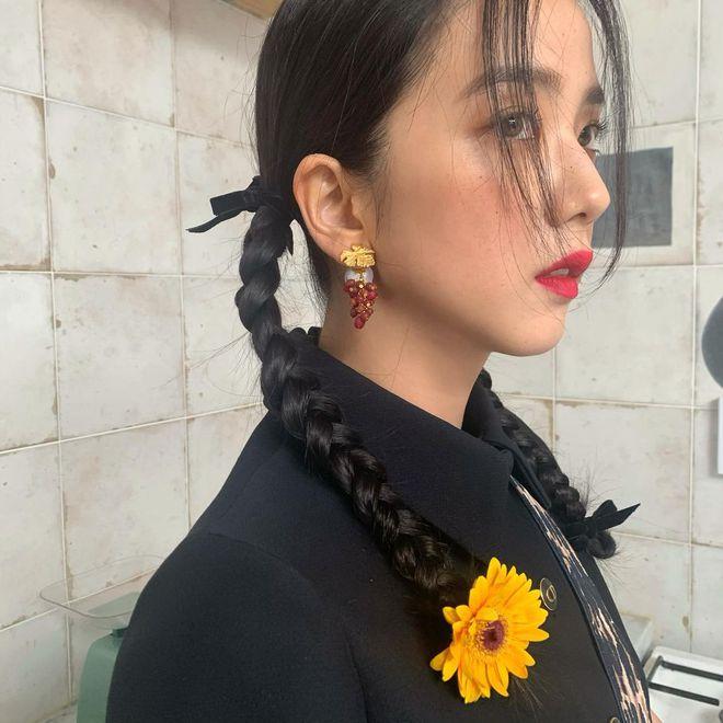 """""""Hoa hậu Hàn Quốc"""" Jisoo (BLACKPINK) gây sốt với bộ ảnh tạp chí mới, choáng hơn khi kéo đến ảnh hậu trường - Ảnh 9."""