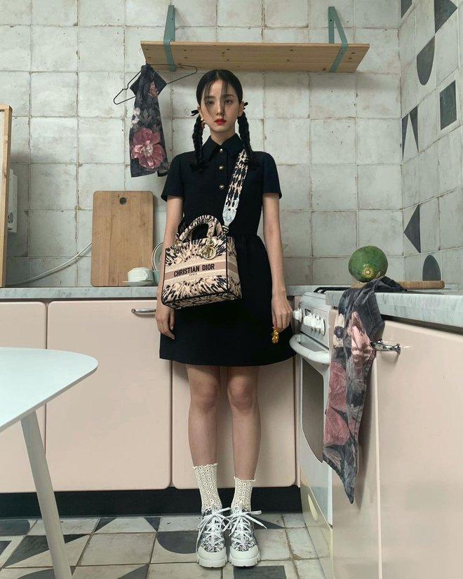 Hoa hậu Hàn Quốc Jisoo (BLACKPINK) gây sốt với bộ ảnh tạp chí mới, choáng hơn khi kéo đến ảnh hậu trường - ảnh 12