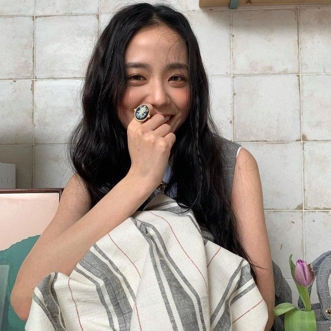 Hoa hậu Hàn Quốc Jisoo (BLACKPINK) gây sốt với bộ ảnh tạp chí mới, choáng hơn khi kéo đến ảnh hậu trường - ảnh 15