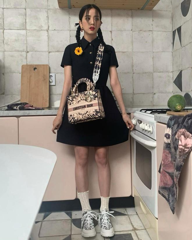"""""""Hoa hậu Hàn Quốc"""" Jisoo (BLACKPINK) gây sốt với bộ ảnh tạp chí mới, choáng hơn khi kéo đến ảnh hậu trường - Ảnh 10."""