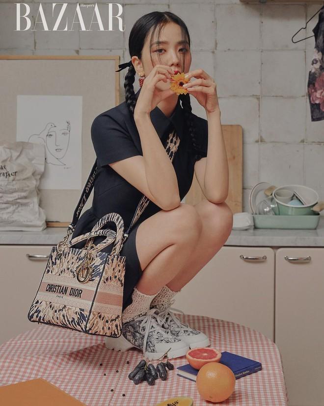 Hoa hậu Hàn Quốc Jisoo (BLACKPINK) gây sốt với bộ ảnh tạp chí mới, choáng hơn khi kéo đến ảnh hậu trường - ảnh 1
