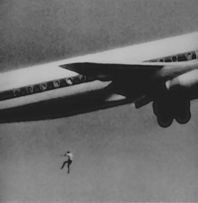 Bóng người nhỏ bé đột nhiên rơi khỏi máy bay chỉ ít giây sau khi cất cánh, tạo ra bi kịch kỳ lạtrong lịch sử hàng không thế giới - ảnh 1