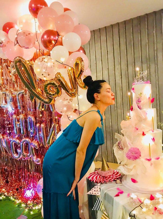 Tiệc sinh nhật sang chảnh của Hà Hồ bên hội bạn: Mẹ bỉm cực xinh hậu sinh nở, nụ hôn Kim Lý dành cho vợ chiếm spotlight! - Ảnh 2.