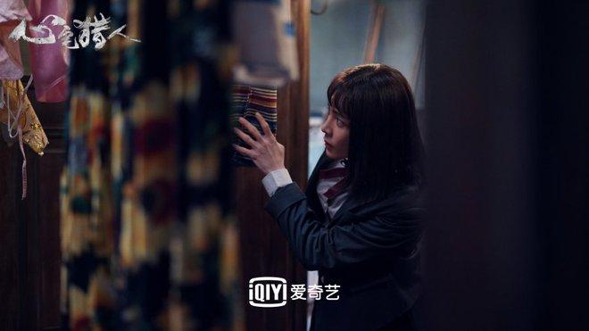 Hầu Minh Hạo giả làm nữ sinh, độn vòng 1 ngồn ngộn đến bung cúc áo ở Thợ Săn Tâm Trạch - ảnh 12