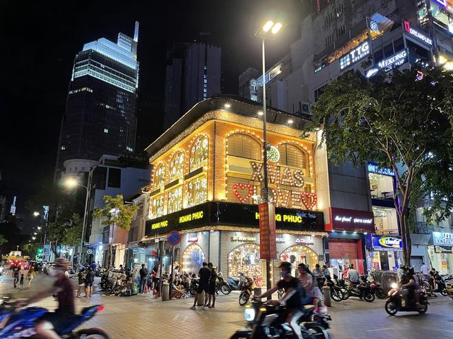 Ngắm Sài Gòn về đêm qua ống kính iPhone 12 Pro Max - ảnh 13