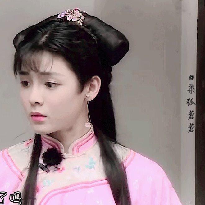 Hầu Minh Hạo giả làm nữ sinh, độn vòng 1 ngồn ngộn đến bung cúc áo ở Thợ Săn Tâm Trạch - ảnh 9