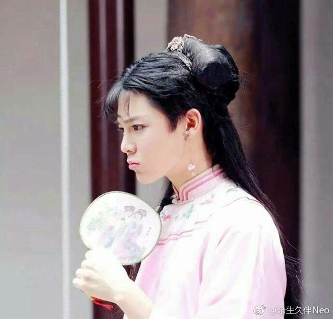 Hầu Minh Hạo giả làm nữ sinh, độn vòng 1 ngồn ngộn đến bung cúc áo ở Thợ Săn Tâm Trạch - ảnh 10