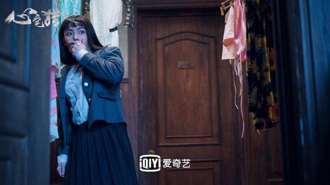 Hầu Minh Hạo giả làm nữ sinh, độn vòng 1 ngồn ngộn đến bung cúc áo ở Thợ Săn Tâm Trạch - ảnh 14